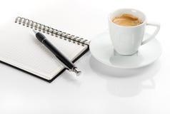 黑名册咖啡杯附注 免版税库存照片