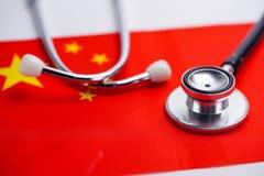 黑听诊器有中国旗子背景 免版税库存照片