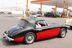 黑和红色奥斯汀Healey 3000 Mk III在利马 免版税库存照片