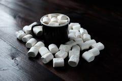 黑咖啡用在蛋白软糖中的蛋白软糖在木头 库存照片