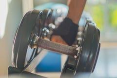 黑哑铃集合 关闭在机架的许多金属哑铃在体育健身 免版税库存图片