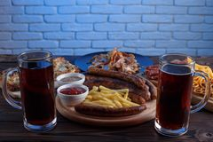 黑啤酒和开胃被设置的啤酒快餐 在两个杯子o的顶视图 库存照片