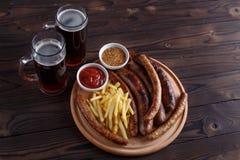 黑啤酒和开胃被设置的啤酒快餐 在桌上的顶视图与 库存图片