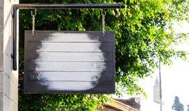 黑垂悬的木板,文本的空间 迷离室外背景 免版税库存照片
