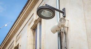 黑城市垂悬在墙壁上的灯岗位和扩音器 图库摄影