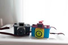 黑塑料玩具照相机和被弄脏的混合颜色cameraon架子ne 免版税库存图片