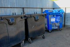 黑大型垃圾桶行在莫斯科附近的农村镇 免版税库存图片
