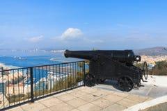 黑大炮被瞄准对海,岩石,直布罗陀 库存图片