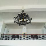 黑大烛台和栏杆在一个白色被围住的大厦与相框在墙壁上 图库摄影