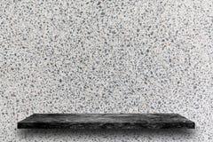 黑大理石石架子空的上面在白色磨石子地st的 库存照片
