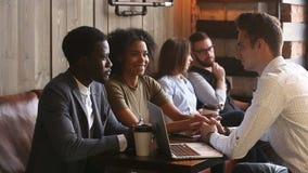 黑夫妇谈的同意在咖啡店的白种人商人 影视素材