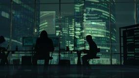 黑客在绿色办公楼背景的工作  皇族释放例证