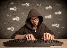 黑客有拉长的密码钥匙的书呆子人 免版税库存图片
