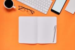 黑屏幕笔记本空白和膝上型计算机安置了橙色背景 适用于为做广告使用的图表 免版税库存照片