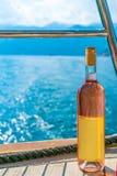 黑山,科托尔- 6月04/2017 :游人喝桃红葡萄酒,风帆 免版税库存照片