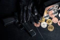 黑手套和枪由开放保险柜 库存照片