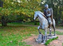 黑斯廷斯战役战士被雕刻的木雕象马后面的, 库存照片