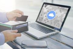 黑无具体金额的信用证卡片特写镜头和钱包在手中商人 在桌上是有云彩真正象的膝上型计算机  库存图片