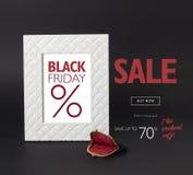 黑星期五折扣横幅,与在它前面的葡萄酒女性黑钱包 免版税库存图片