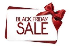 黑星期五销售文本在与红色丝带的白色礼品券写 库存图片