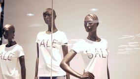 黑星期五,人体模型到有题字销售的T恤杉里在精品店的陈列窗后 股票视频