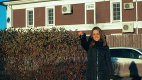 黑显示的束的年轻美丽的妇女反对棕色房子的回归键 影视素材