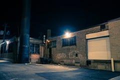 黑暗和令人毛骨悚然的都市城市胡同在晚上 免版税图库摄影