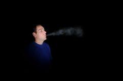 黑暗抽烟 免版税库存照片