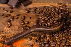 黑暗烤了纯净的阿拉伯咖啡咖啡豆和地面coffe在w 库存照片