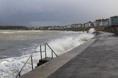 黑暗的云彩和碎波在Ballyholme海滩在曼格北爱尔兰散步在一场冬天风暴期间在2017年1月 免版税库存图片