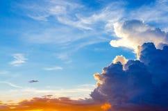 黑暗的云彩和黑暗的天空在雨天,多云和风雨如磐和蓝色 免版税库存图片