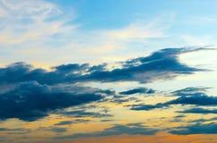 黑暗的云彩和黑暗的天空在雨天,多云和风雨如磐和蓝色 免版税库存照片