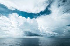 黑暗的云彩在开放海洋 库存照片
