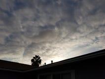 黑暗的云彩在晴朗的圣地亚哥 免版税库存照片