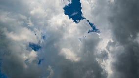 黑暗的云彩时间间隔与天空的 股票视频