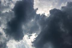 黑暗的云彩,在恶劣天气的天空 库存图片