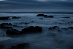 黑暗的令人毛骨悚然的海景 免版税库存图片