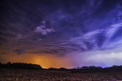 黑暗的剧烈的在领域的风景风雨如磐的天空 库存照片