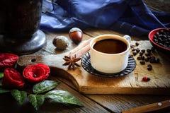 黑暗的咖啡和棕色咖啡豆 库存图片
