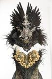 黑暗的哥特式礼服由一个银色金属冠状头饰和金黄co形成了 免版税库存照片