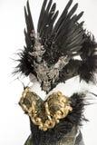 黑暗的哥特式礼服由一个银色金属冠状头饰和金黄co形成了 免版税库存图片