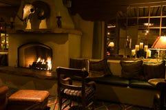 黑暗的壁炉休息室 免版税图库摄影