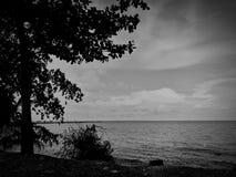 黑暗的天空和云彩剪影与风平浪静 免版税库存图片