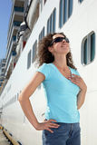黑暗的太阳镜的妇女突出船最近的董事会  免版税库存照片