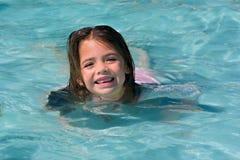 黑暗的女孩头发的游泳 免版税库存照片