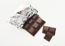 黑暗的巧克力酒吧在白色的 图库摄影