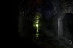 黑暗的废弃的铁路隧道 库存照片