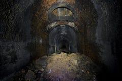 黑暗的废弃的铁路隧道 图库摄影