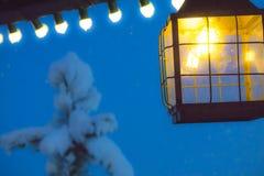黑暗的晚上 灯笼门廊光 圣诞节装饰生态学木 库存照片