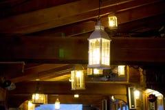 黑暗的晚上 灯笼门廊光 圣诞节装饰生态学木 图库摄影